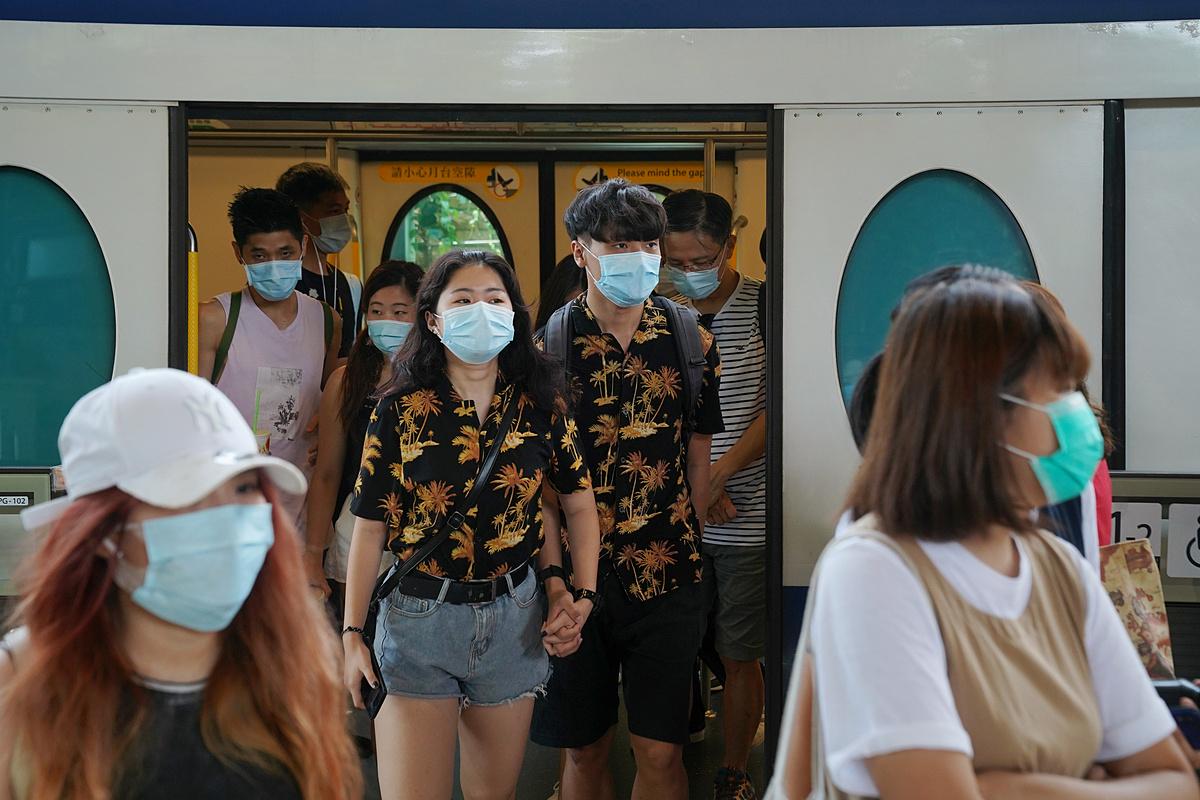 Người dân Hong Kong trên một toa tàu điện ngầm, trạm gần các khu nghĩ dưỡng Disneyland, ngày 14/7. Ảnh: Reuters
