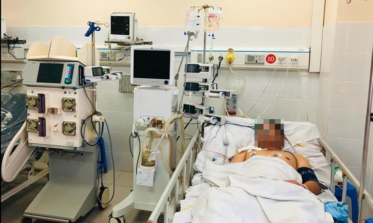 Bệnh nhân đang được điều trị tại khoa Hồi sức Tích cực - Chống độc, bệnh viện Đa khoa tỉnh Hoà Bình. Ảnh: Bác sĩ cung cấp