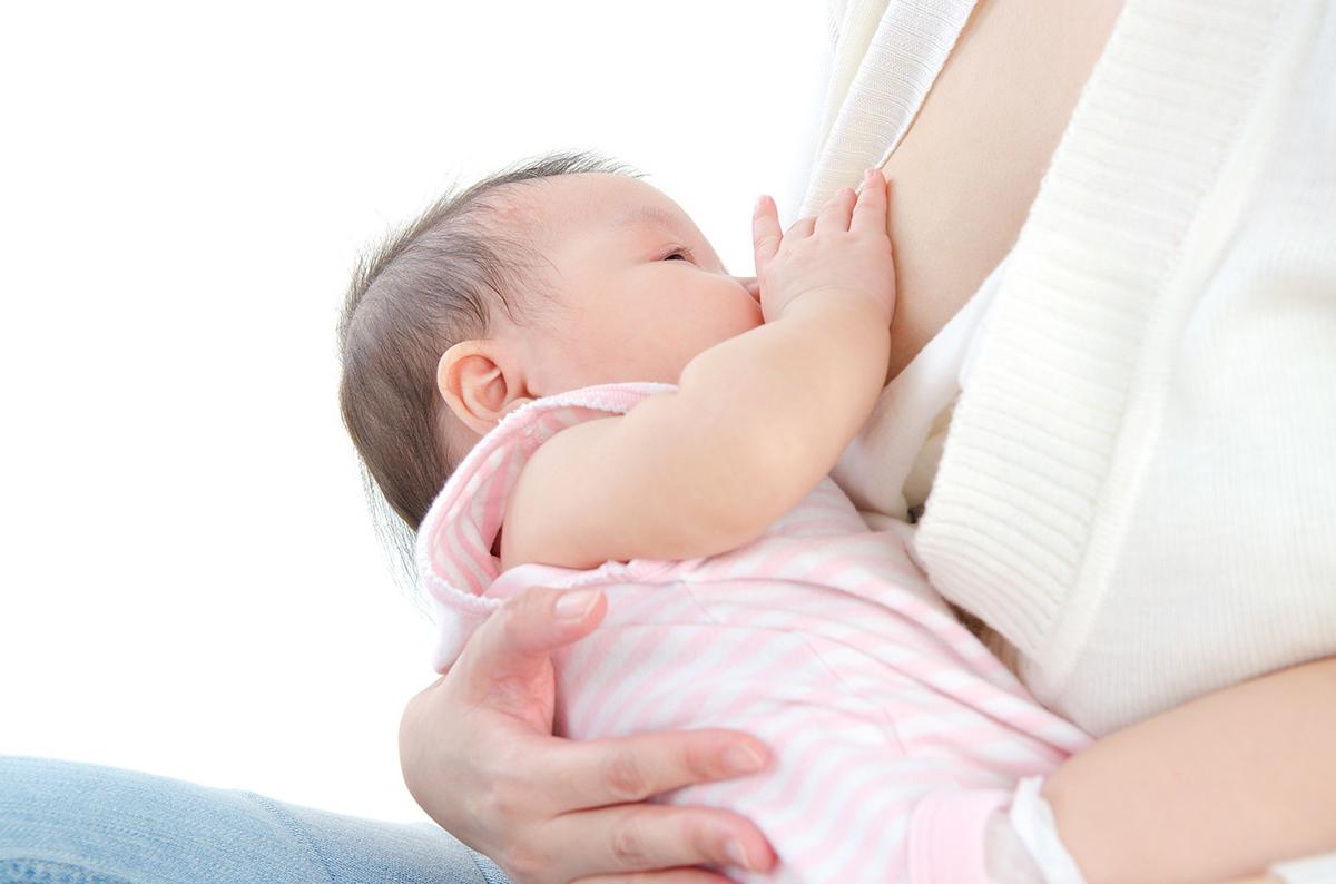 Nuôi con bằng sữa mẹ hoàn toàn trong 6 tháng đầu đời có thể giúp trẻ hạn chế được nhiều nguy cơ bệnh tật. Ảnh Shutterstock.