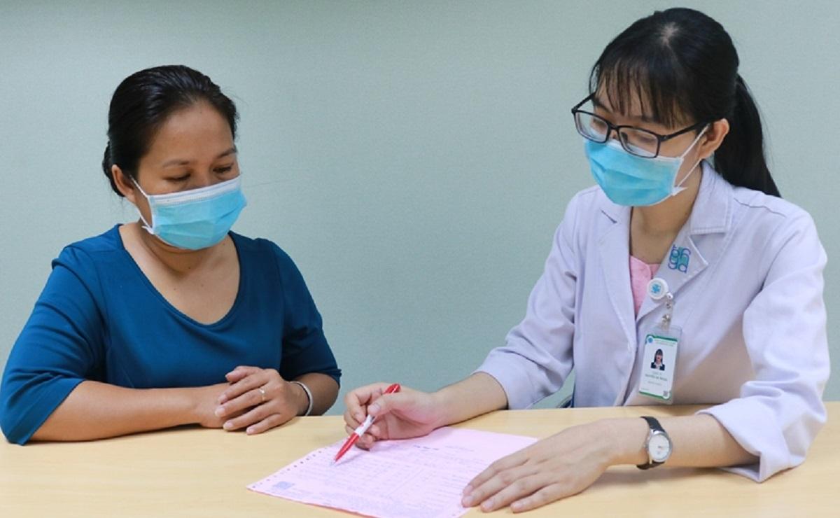 Dược sĩ Nguyễn Thị Trang tư vấn sử dụng thuốc cho người bệnh. Ảnh Bệnh viện cung cấp.
