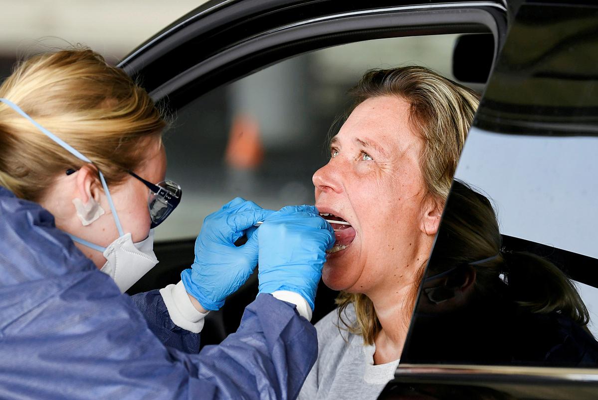 Nhân viên y tế lấy mẫu xét nghiệm của một phụ nữ người Hà Lan, ngày 8/4. Ảnh: Reuters
