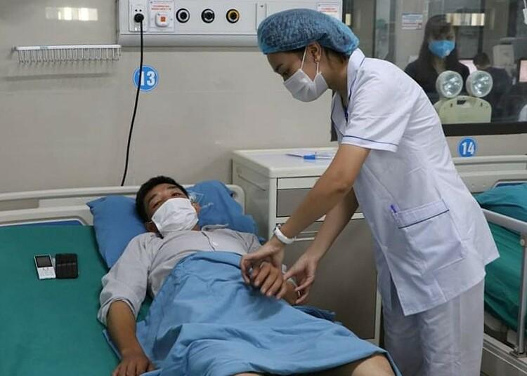 Bệnh nhân được bác sĩ chăm sóc sau khi qua cơn nguy kịch. Ảnh: Bệnh viện cung cấp