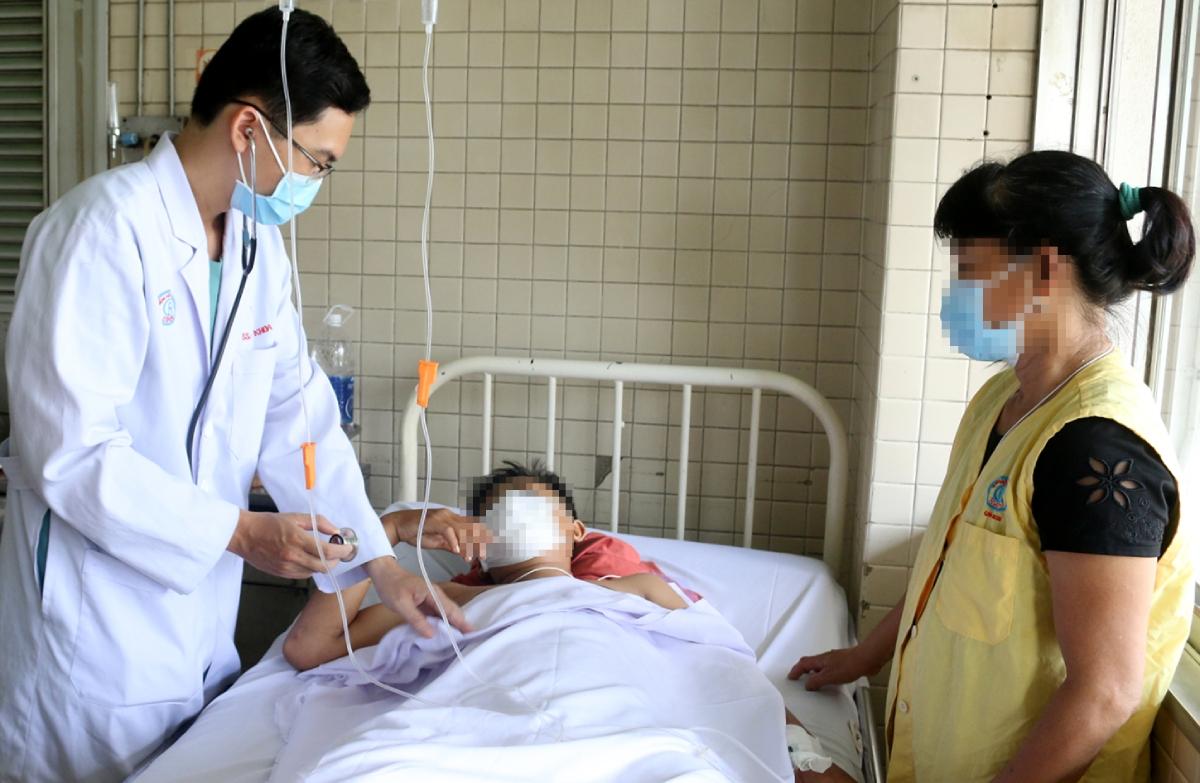 Bệnh nhân đã tỉnh táo, tâm lý tương đối ổn định sau tai nạn, có thể trả lời các câu hỏi của bác sĩ. Ảnh Bệnh viện cung cấp.