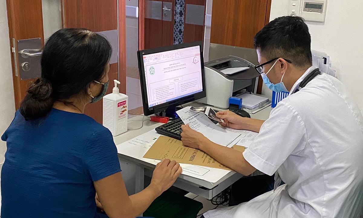 Bác sĩ tại Trung tâm Y học hạt nhân và Ung bướu, Bệnh viện Bạch Mai đang khám và sàng lọc ung thư cho người dân. Ảnh: Bác sĩ cung cấp