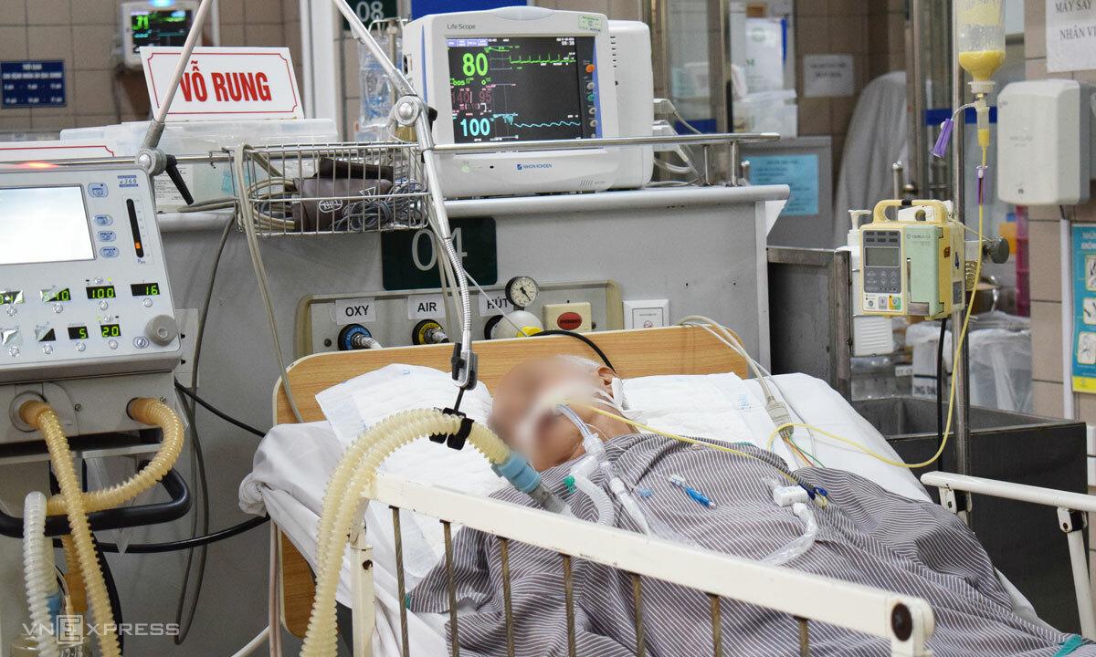 Một trong hai bệnh nhân ngộ độc do ăn pate Minh Chay điều trị tại Bệnh viện Bạch Mai ngày 31/8. Ảnh: Chi Lê