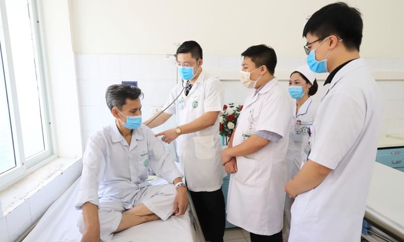 Bác sĩ tại Trung tâm Y học hạt nhân và Ung bướu, Bệnh viện Bạch Mai đang đi buồng, kiểm tra sức khỏe bệnh nhân. Ảnh: Bác sĩ cung cấp
