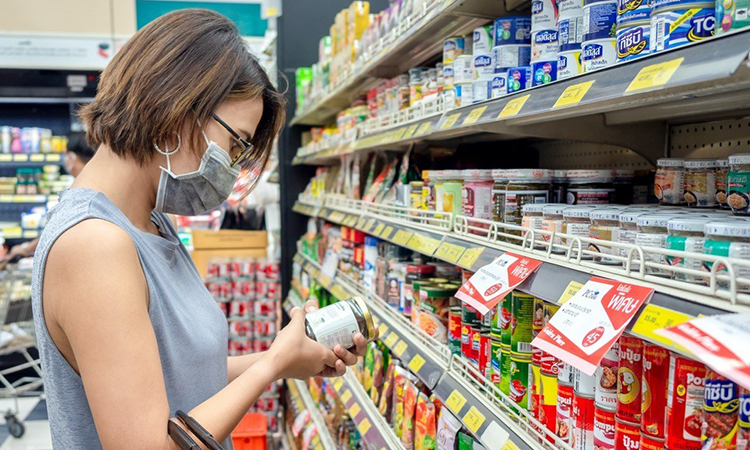 Người tiêu dùng cần quan sát kỹ hình dáng, màu sắc, hạn sử dụng của thực phẩm đóng hộp trước khi mua để đảm bảo an toàn. Ảnh: Eatthis