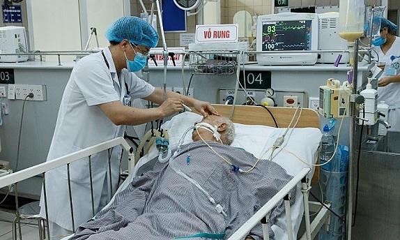 Bệnh nhân ngộ độc pate Minh Chay đang được điều trị tại Bệnh viện Bạch Mai. Ảnh: Thành Dương.