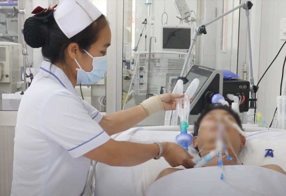 Vẫn phải thở máy hỗ trợ phần cơ hô hấp bị liệt, song bệnh nhân tỉnh táo, sinh hiệu ổn định hơn. Ảnh: Bệnh viện cung cấp.