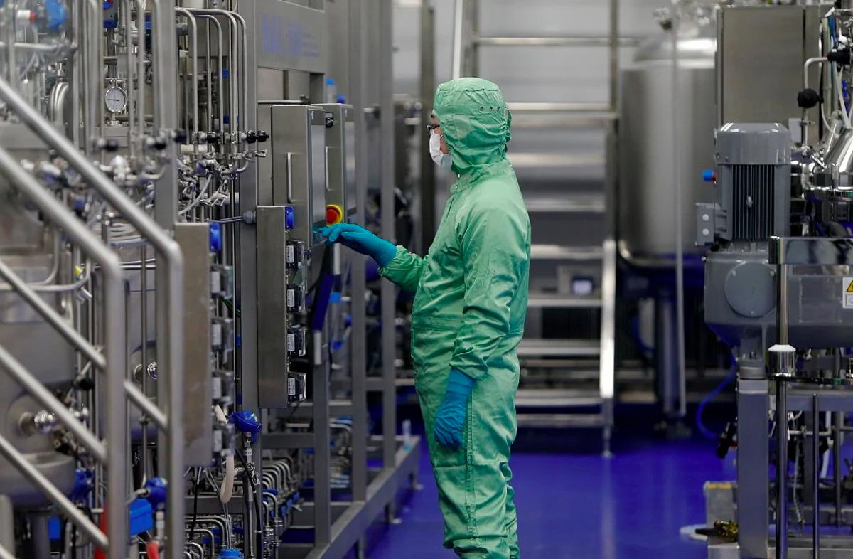 Một kỹ thuật viên của CanSino làm việc tại phòng thí nghiệm của hãng ở Thiên Tân. Ảnh: Reuters