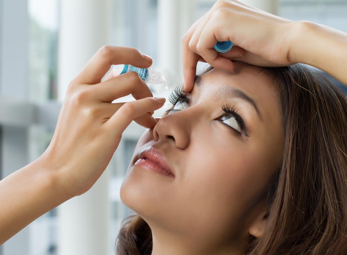 Nhỏ mắt đúng cách góp phần hạn chế tình trạng khô mắt. Xin tên người chụp ảnh.