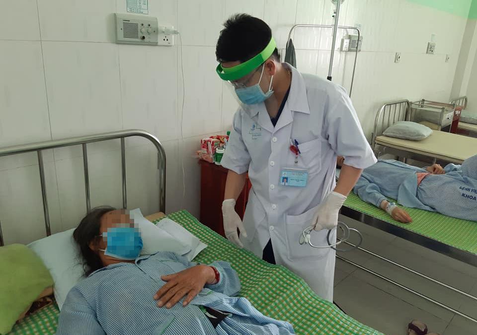 Bác sĩ đang điều trị cho một bệnh nhân ngộ độc ăn pate Minh Chay. Ảnh: Bệnh viện Vĩnh Đức cung cấp.
