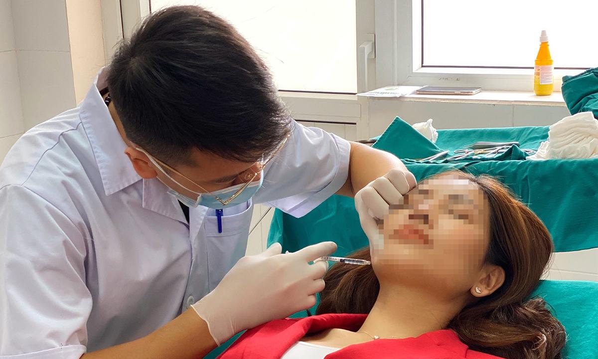 Bác sĩ Duy đang tiêm botox vùng cằm cho khách hàng. Ảnh: Bác sĩ cung cấp