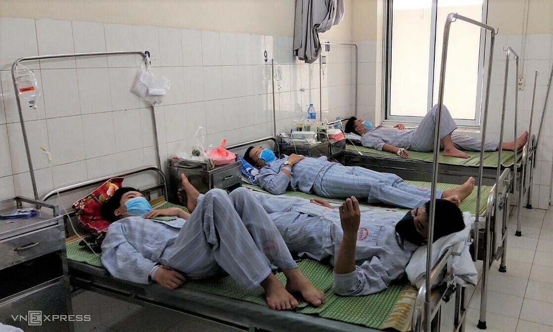 Bệnh nhân sốt xuất huyết tại Bệnh viện Bệnh nhiệt đới Trung ương. Ảnh: Chi Lê.