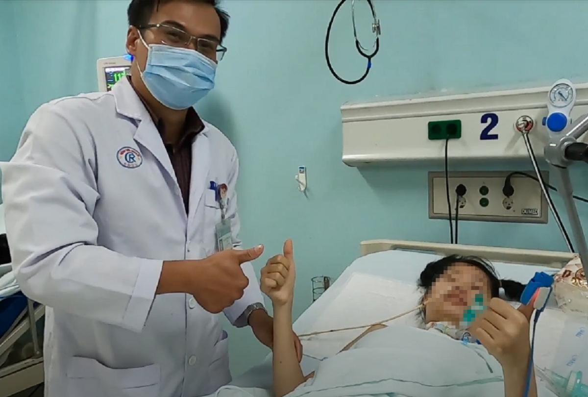 Nữ bệnh nhân 20 tuổi ở Đồng Nai dơ ngón tay cái khi nhận ra bác sĩ Sang từng điều trị cho mình ở Bệnh viện Chợ Rẫy. Ảnh: Bệnh viện cung cấp.