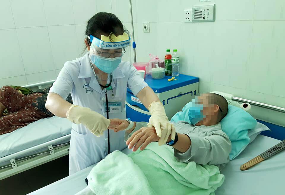 Bác sĩ đang chăm sóc điều trị cho bệnh nhân 65 tuổi. Ảnh: Bệnh viện Đa khoa Vĩnh Đức.