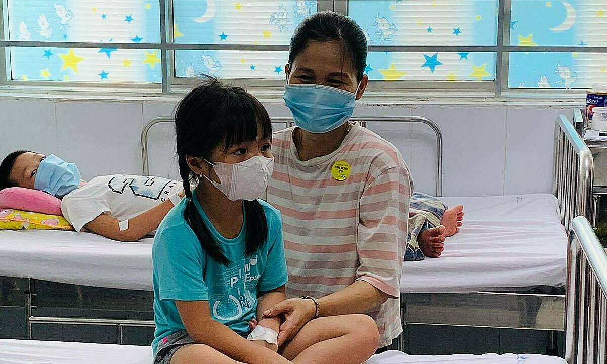 Trẻ sốt xuất huyết đang điều trị tại Bệnh viện Nhi Trung ương. Ảnh: Lê Nga.
