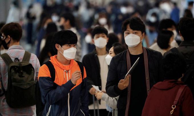 Người dân đeo khẩu trang ngăn Covid-19 tại sân bay quốc tế Gimpo ở Seoul, Hàn Quốc hôm 1/5. Ảnh:Reuters.