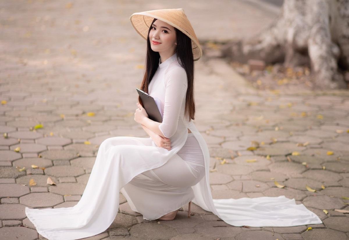 Sau khi giảm cân, Hồng Anh tự tin thực hiện một bộ ảnh với chiếc áo dài để khoe trọn ba vòng, nhất là vòng eo 56cm. Ảnh: Nhân vật cung cấp.