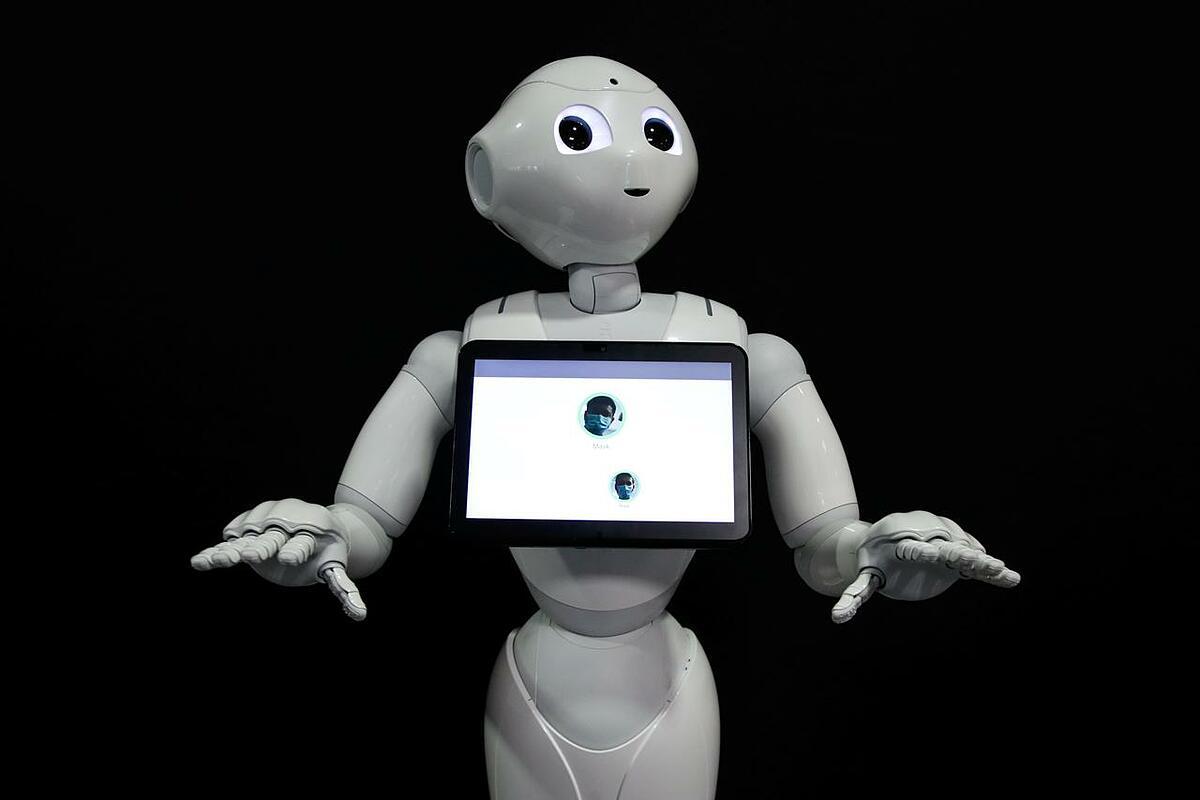Robot Pepper của Pháp, phát hiện con người có hay không đeo khẩu trang, được trưng bày tại nhà phát triển robot SoftBank Robotics ở Paris, Pháp, ngày 8/9/2020. Ảnh: REUTERS