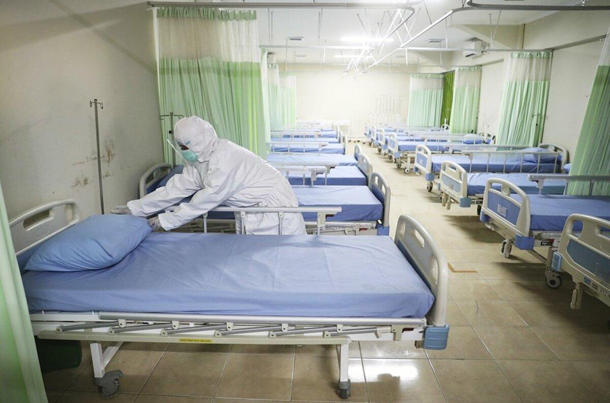 Nhân viên y tế đang dọn dẹp giường bệnh tại khu điều trị dã chiến dựng ở sân vận động Patriot Candrabhaga, ngày 9/9. Ảnh: AP