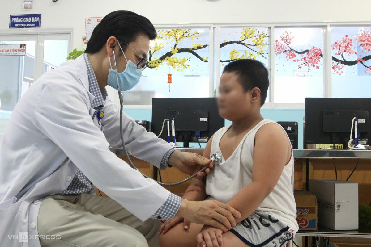 Bác sĩ khám cho bệnh nhi mắc sốt xuất huyết. Ảnh: Thư Anh.
