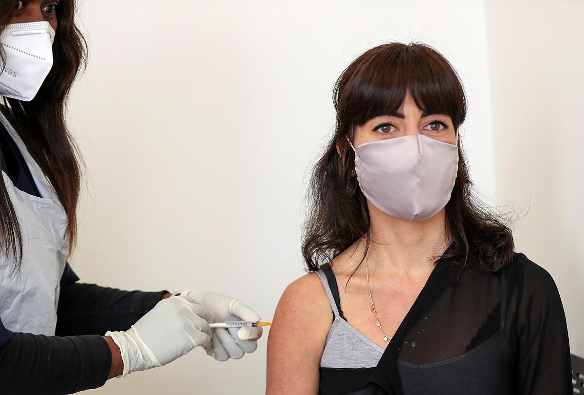 Tình nguyện viên thử nghiệm vaccine Oxford tại Nam Phi, ngày 27/8. Ảnh: Reuters