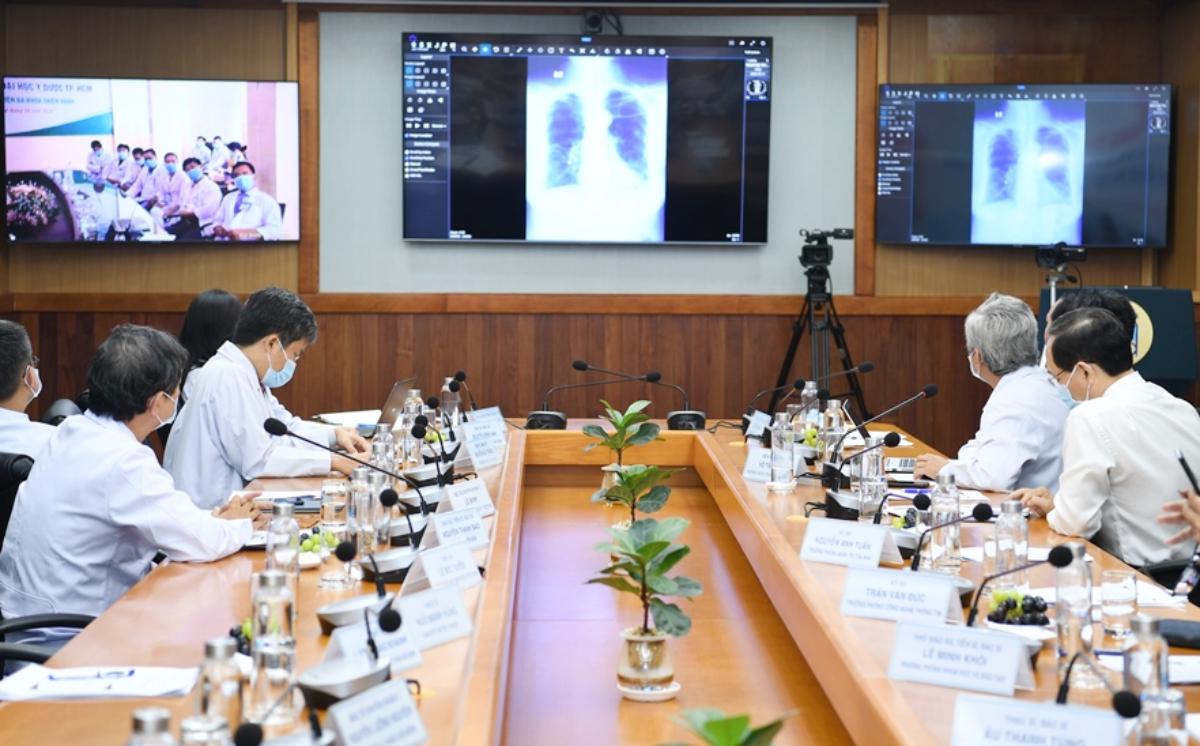 Các bác sĩ Bệnh viện Đại học Y dược TP xem phim chụp X-quang phổi của bệnh nhân truyền trực tiếp từ Bệnh viện Đa khoa Thiện Hạnh, Đăk Lăk. Ảnh: Thư Anh.