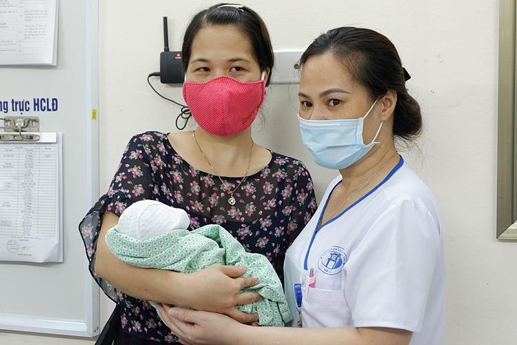 Bác sĩ cùng đại diện Trung tâm bảo trợ trẻ em nhận em bé, chiều 15/9. Ảnh: Minh Nhật