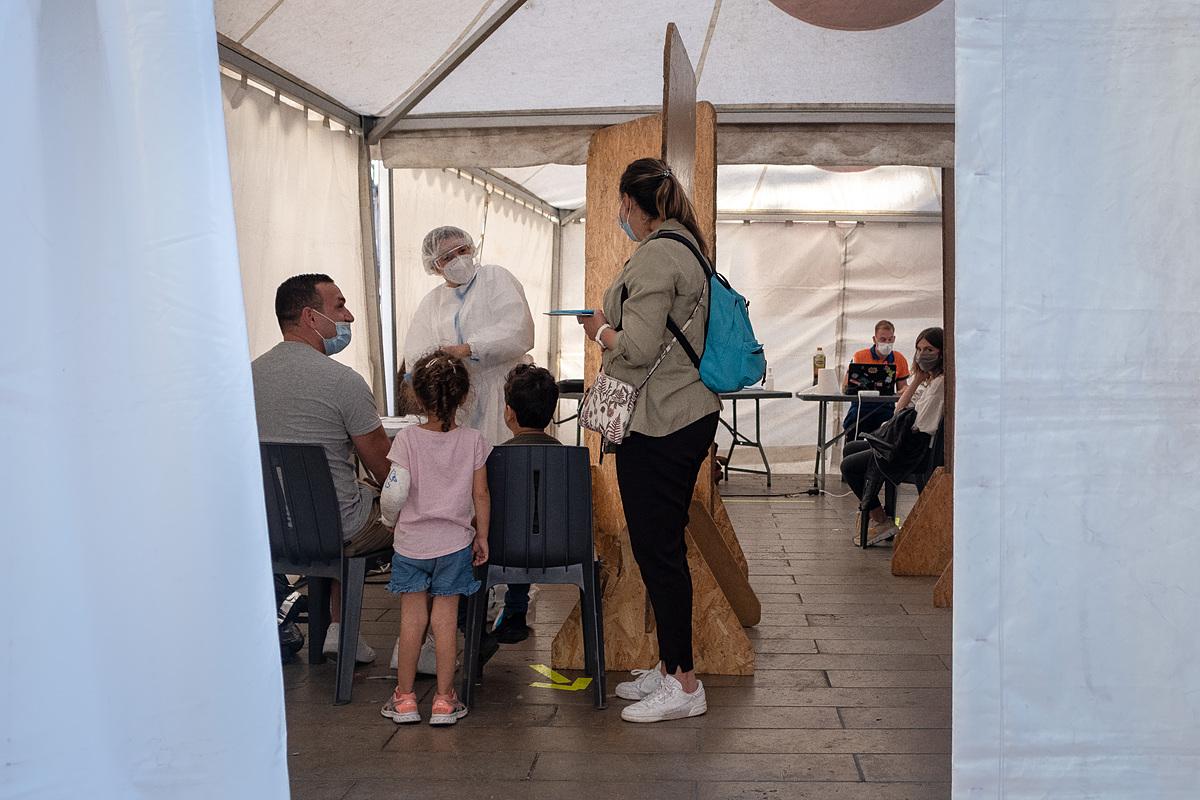 Người dân Pháp xếp hàng xét nghiệm nCoV tại Place Saint Projet, Pháp, ngày 9/9. Ảnh: Reuters