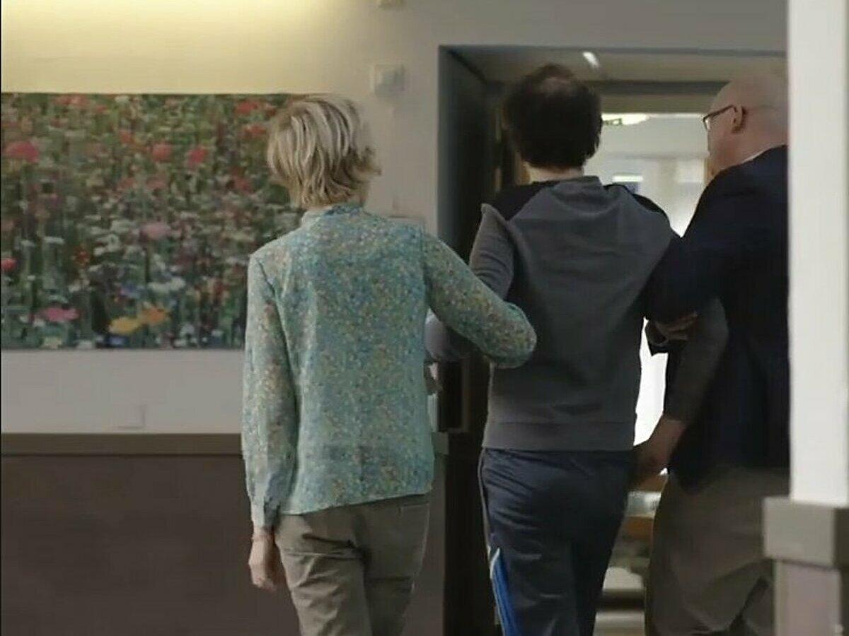 Bệnh nhân có thể đi lại sau khi dùng thuốc zolpidem, ngày 3/9. Ảnh: Le Monde
