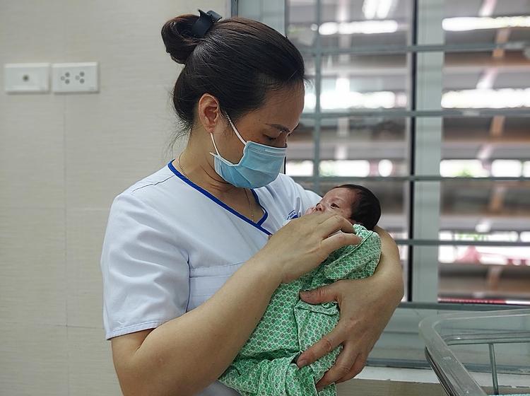 Điều dưỡng chăm sóc bé sơ sinh bị bỏ rơi tại Bệnh viện. Ảnh: Thúy Quỳnh