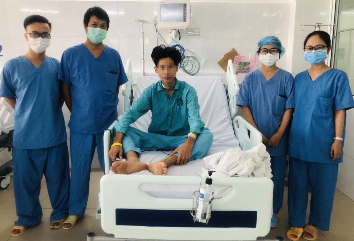 Nam thanh niên khi tỉnh dậy chỉ hơi sốc vì không nhớ tại sao mình lại nằm trong bệnh viện. Ảnh: Bệnh viện cung cấp.