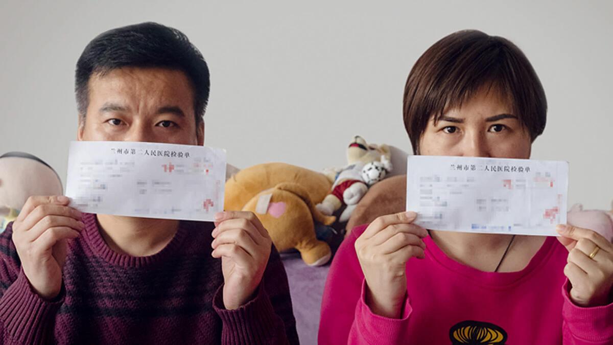 Người dân tỉnh Lan Châu, Trung Quốc cầm kết quả xét nghiệm dương tính vi khuẩn brucella. Ảnh: Caixin