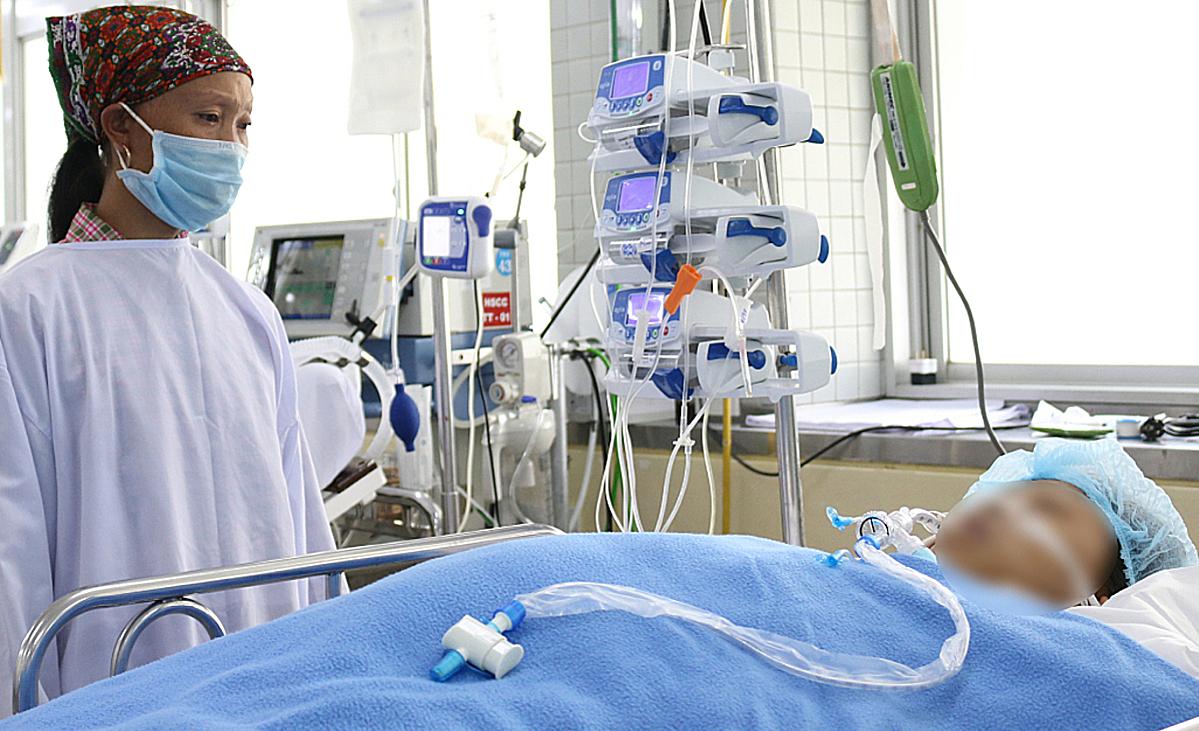 Người chị bất lực nhìn em gái thập tử nhất sinh nơi đất khách. Ảnh: Bệnh viện cung cấp.