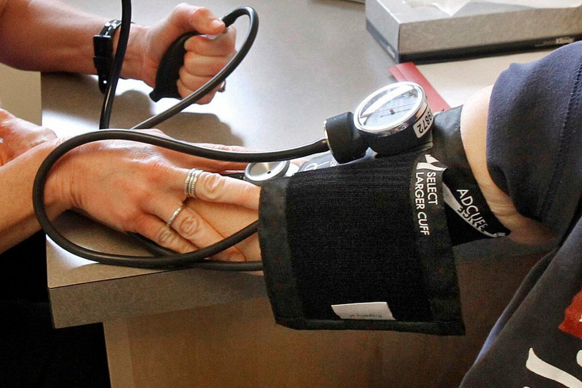 Một bệnh nhân đang được đo huyết áp ở Bang Vermont, Mỹ. Ảnh: AP.