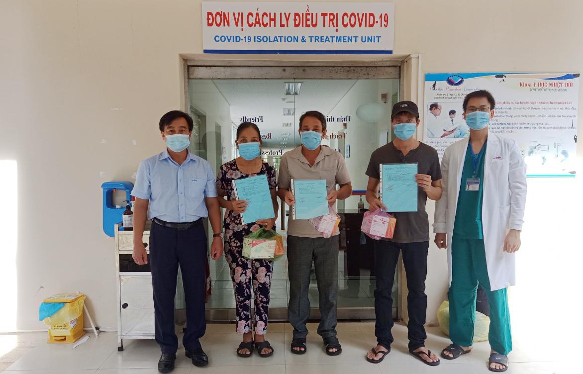 Ba bệnh nhân xuất viện tại Bệnh viện Trung ương Đa khoa Quảng Nam sáng 19/9. Ảnh: Đắc Thành.