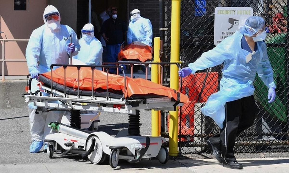 Nhân viên y tế vận chuyển thi thể một nạn nhân tử vong do Covid-19 ở New York, Mỹ, hôm 2/4. Ảnh: AFP