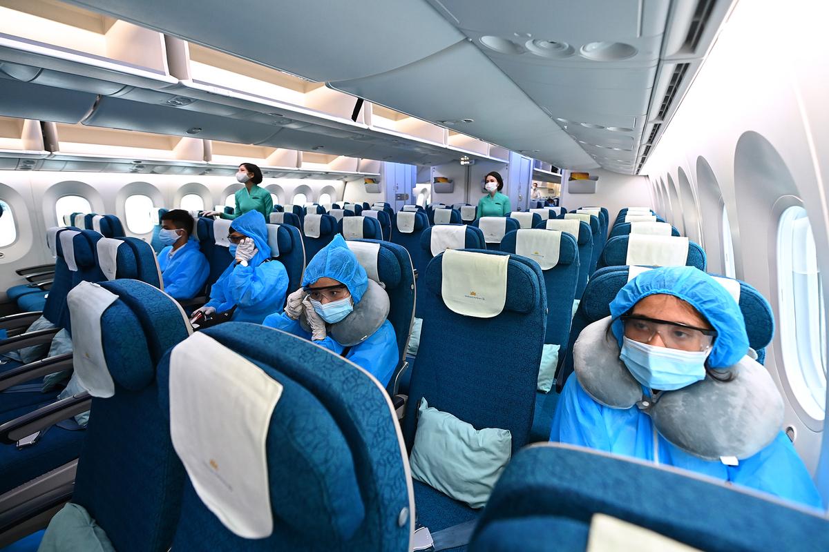 Hành khách trên chuyến bay quốc tế đầu tiên Nội Bài - Narita (Tokyo) được khai thác trở lại sau 6 tháng tạm dừng vì Covid-19. Ảnh: Ngọc Thành.