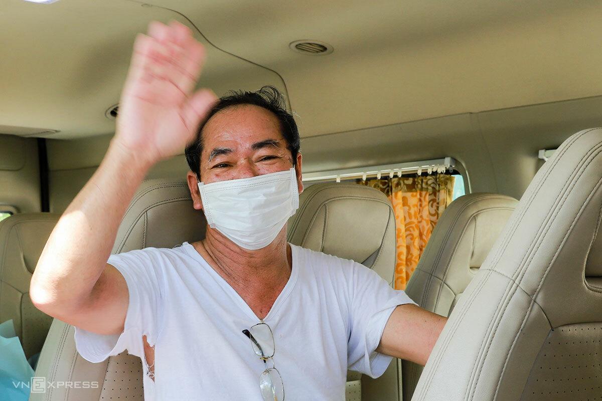 Bệnh nhân 936 được xe đưa về nhà để tự cách ly thêm 14 ngày. Ảnh: Nguyễn Đông.