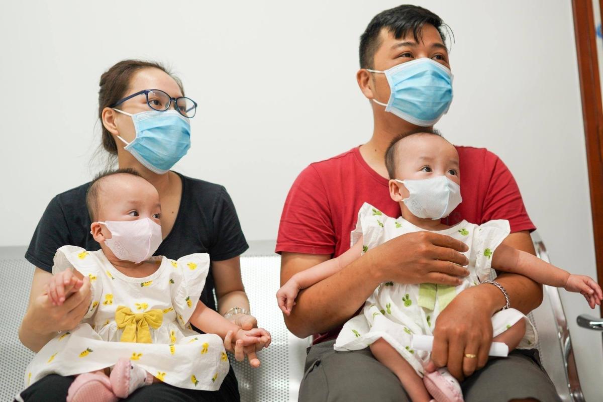 Gia đình bốn người hạnh phúc của Trúc Nhi và Diệu Nhi sắp được đón Trung thu tại nhà. Ảnh: Chí Hùng.