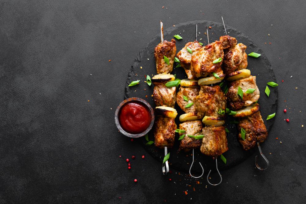 Những thực phẩm có tính nhiệt được cho là khi ăn vào tạo cảm giác nóng và khô như các loại thịt đỏ, gia vị...