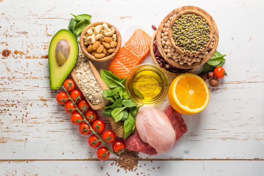Chế độ dinh dưỡng khoa học, hợp lý là cung cấp cho cơ thể đủ thực phẩm ở 4 nhóm, ăn đa dạng các loại thực phẩm, tăng cường thêm rau xanh, trái cây tươi, đầy đủ nước. Ảnh: shutterstock.