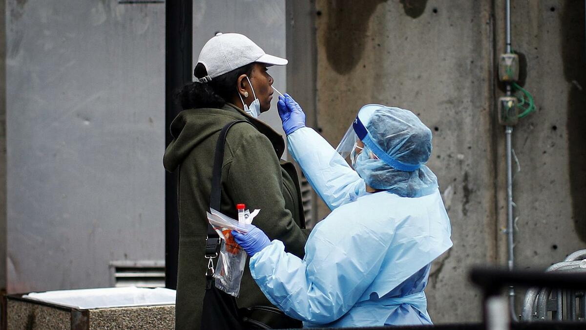 Một người dân được xét nghiệm Covid-19 bên ngoài Bệnh viện Trung tâm Brooklyn. Ảnh: AP