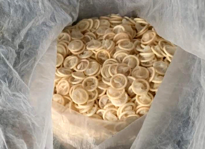 Bao cao su được tái chế để bán ra thị trường. Ảnh:Cục Quản lý thị trường Bình Dương cung cấp.