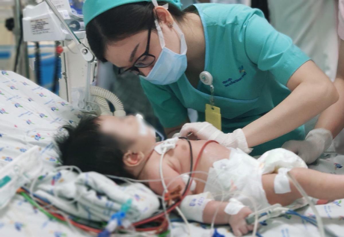 Bé trai đã trải qua hai tuần thập tử nhất sinh tại Bệnh viện Nhi đồng Thành phố. Ảnh: Bệnh viện cung cấp.
