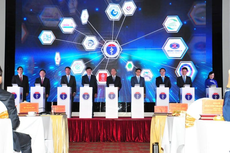 Thủ tướng Nguyễn Xuân Phúc cùng lãnh đạo Bộ Y té ấn nút khánh thành hệ thống khám chữa bệnh từ xa. Ảnh: V.T