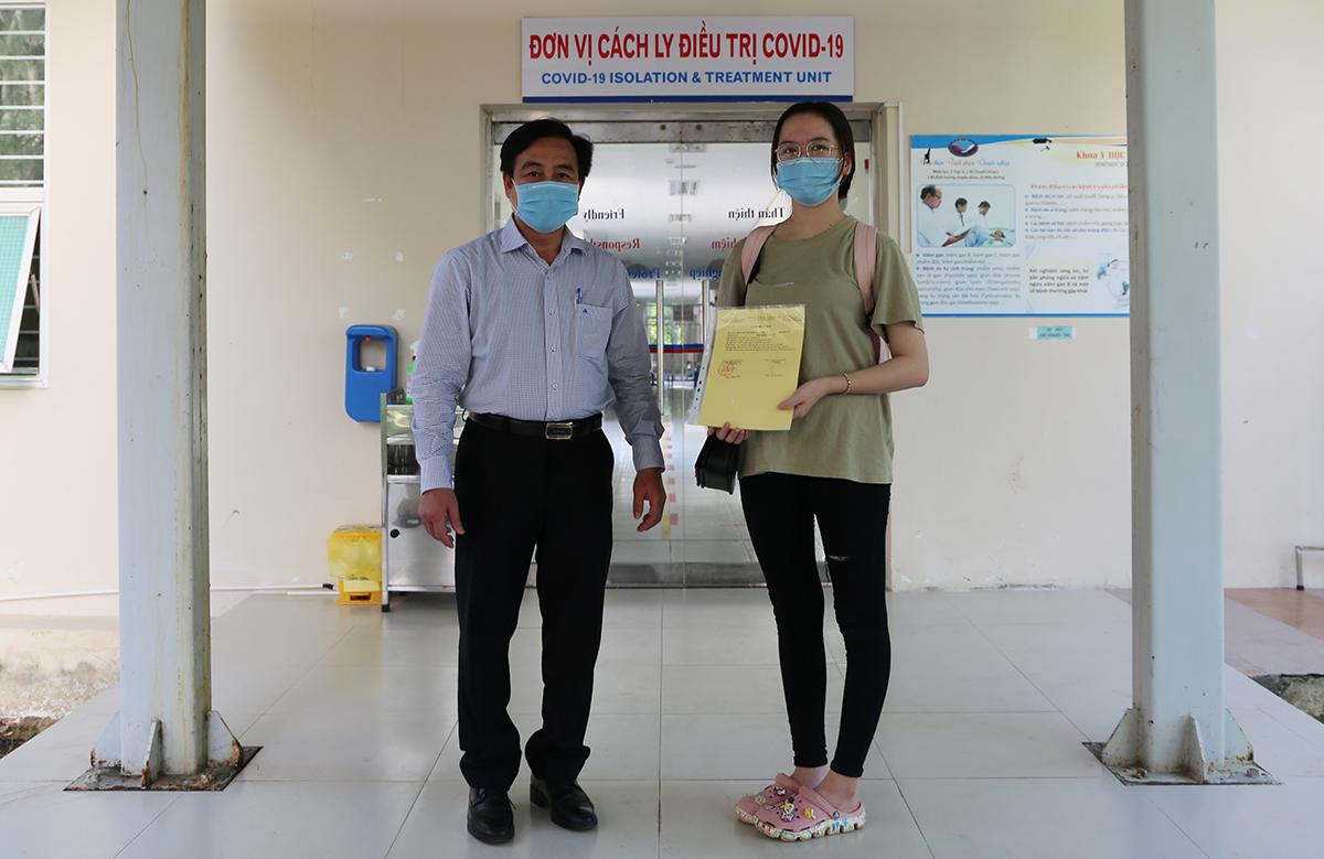 Bệnh nhân 564 nhận giấy chứng nhận khỏi Covid-19 lần hai. Ảnh: Đắc Thành.