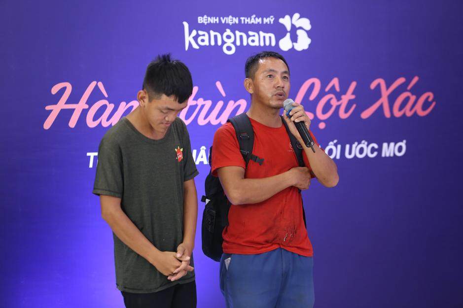 Hình ảnh hai cha con cùng câu chuyện của anh Thành gây xúc động với ban giám khảo.
