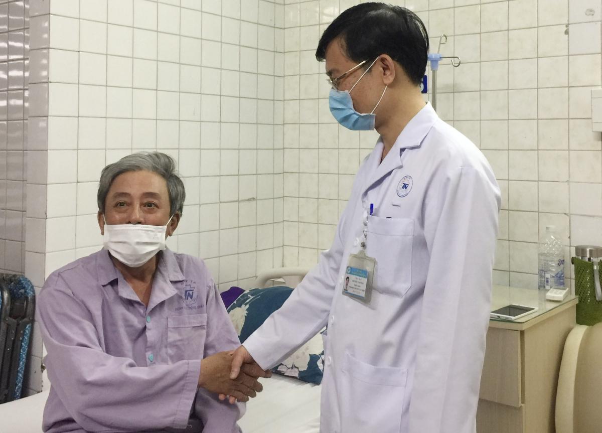 Bệnh nhân bắt tay cảm ơn bác sĩ Tân, chiều 24/9. Ảnh: Thư Anh.